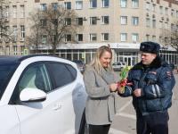 Сотрудники полиции дарили женщинам цветы. Даже на улицах